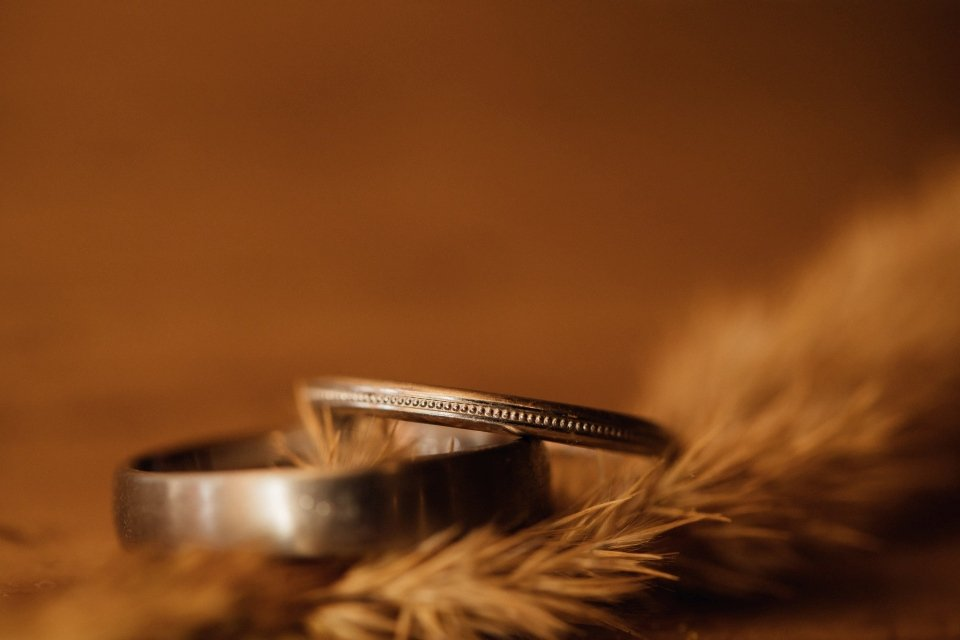 Hochzeitsfotos-im-Weingut-Hochzeitsreportage-Sommerhochzeit-012-Eheringe-Detailfoto