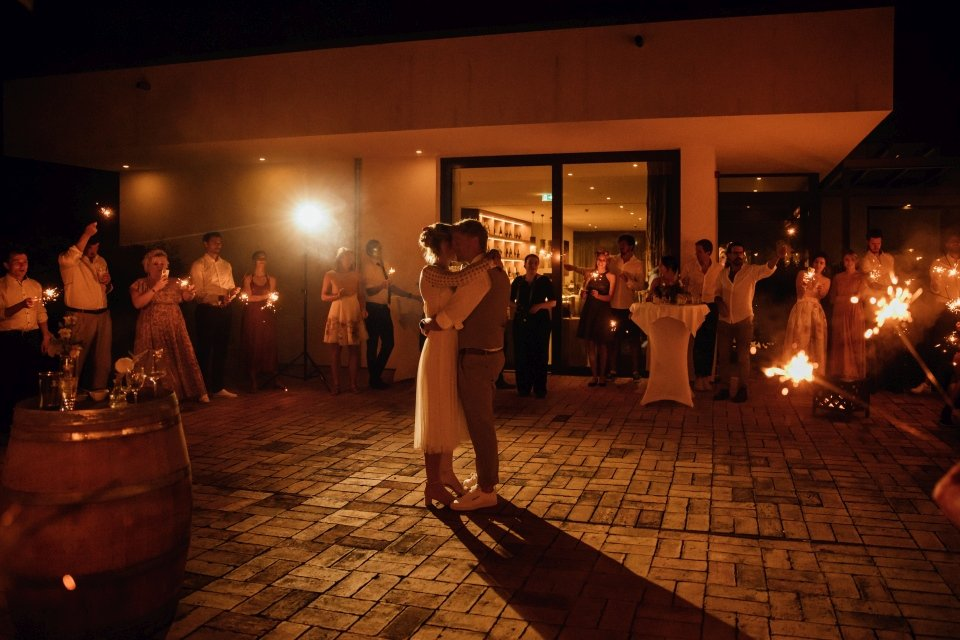 Hochzeitsfotos-im-Weingut-Hochzeitsreportage-Sommerhochzeit-032-Hochzeitstanz