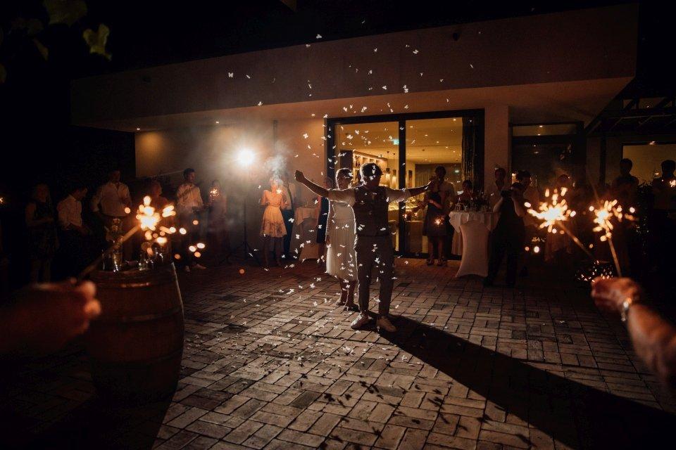 Hochzeitsfotos-im-Weingut-Hochzeitsreportage-Sommerhochzeit-034-hochzeitstanz