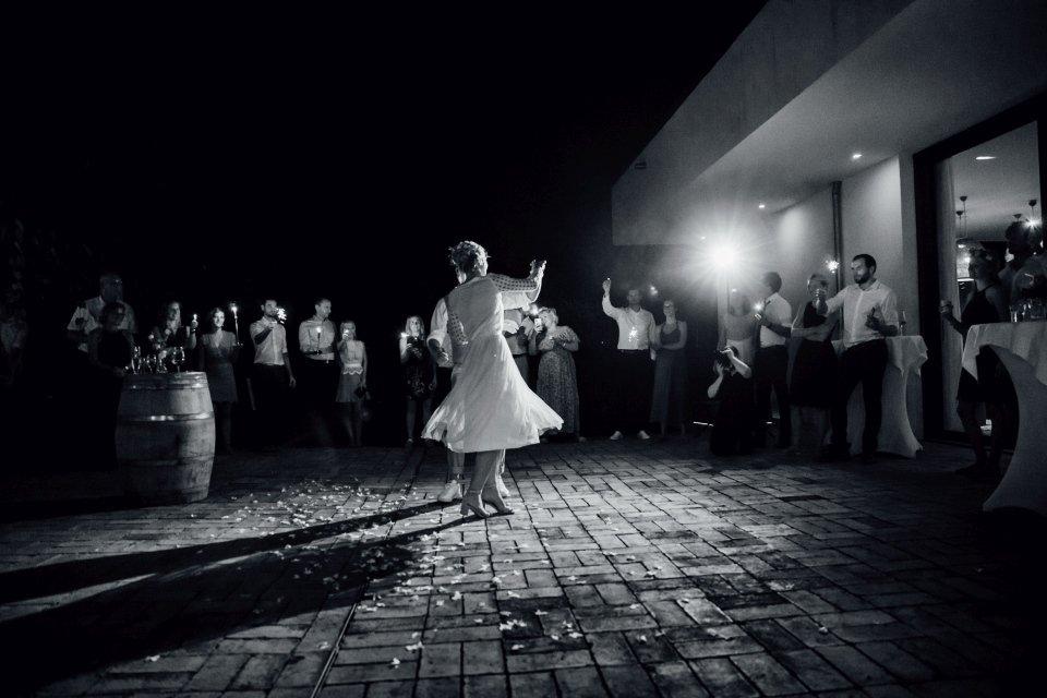 Hochzeitsfotos-im-Weingut-Hochzeitsreportage-Sommerhochzeit-035-hochzeitstanz
