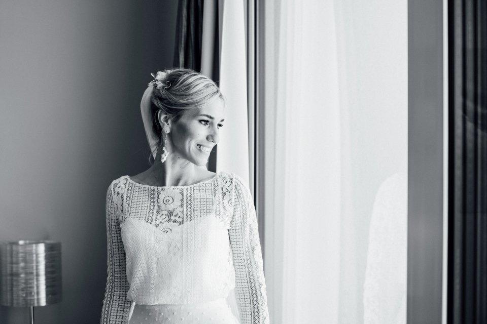 Hochzeitsfotos-im-Weingut-Hochzeitsreportage-Sommerhochzeit-036-getting-ready-Braut-Hotelzimmer