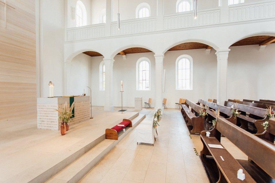 Hochzeitsfotos-im-Weingut-Hochzeitsreportage-Sommerhochzeit-039-cleane-Kirche-boho-deko