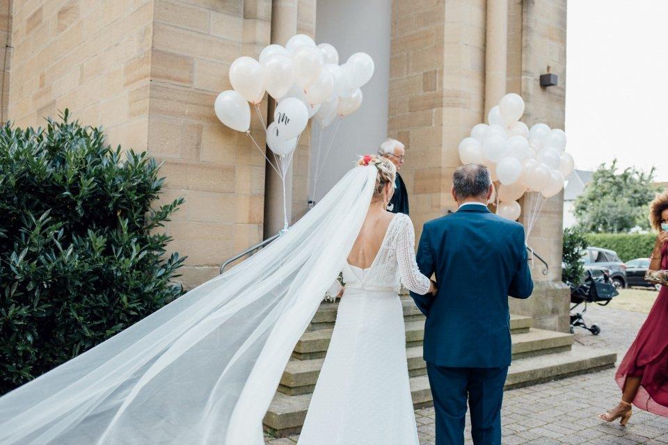 Hochzeitsfotos-im-Weingut-Hochzeitsreportage-Sommerhochzeit-040-Einzug-der-Braut