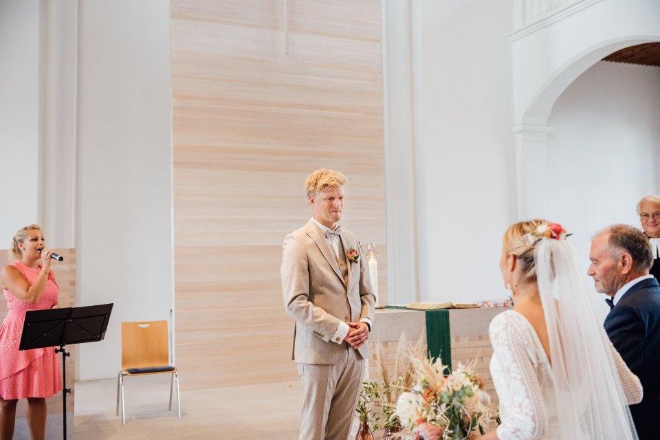 Hochzeitsfotos-im-Weingut-Hochzeitsreportage-Sommerhochzeit-041-first-look-in-der-Kirche