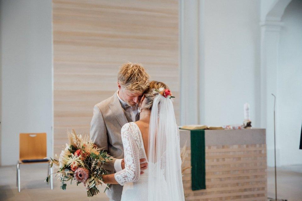 Hochzeitsfotos-im-Weingut-Hochzeitsreportage-Sommerhochzeit-042-first-look-in-Kirche