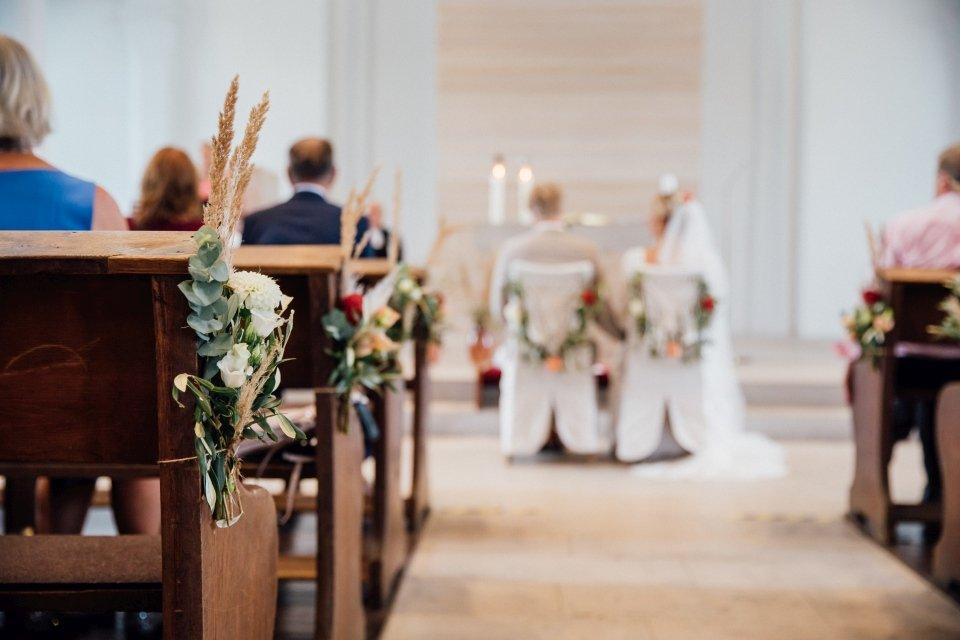 Hochzeitsfotos-im-Weingut-Hochzeitsreportage-Sommerhochzeit-043-Kirche-Boho-Deko