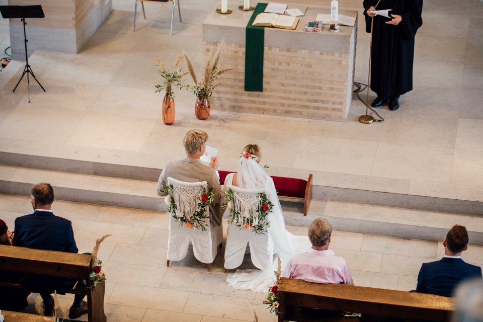 Hochzeitsfotos-im-Weingut-Hochzeitsreportage-Sommerhochzeit-044-Brautpaar-Kirche-Boho-Deko