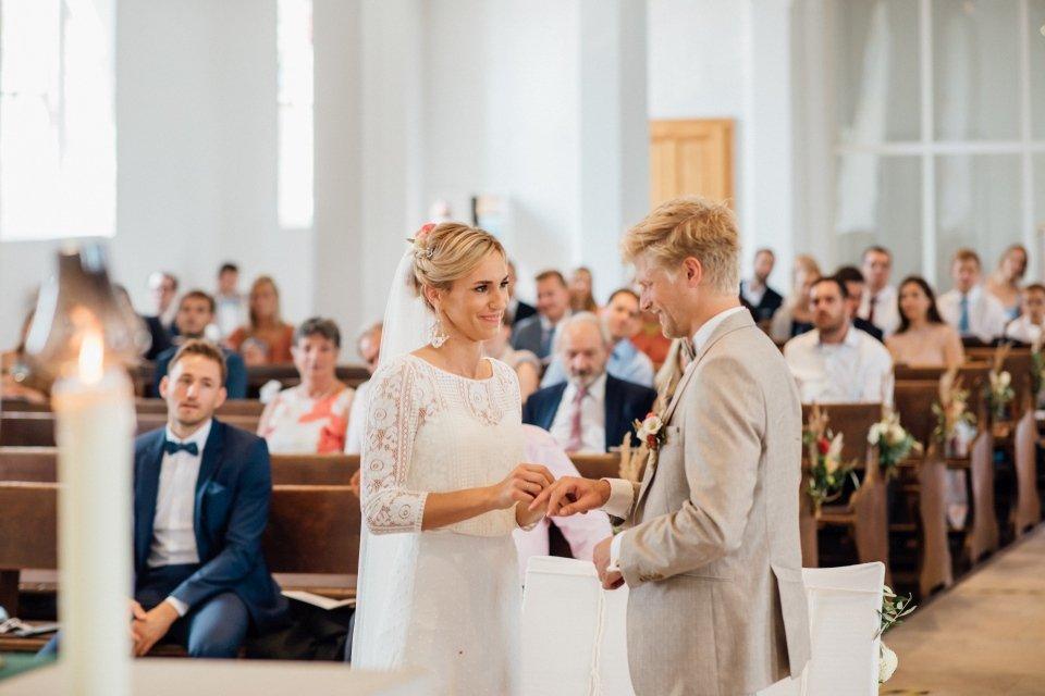 Hochzeitsfotos-im-Weingut-Hochzeitsreportage-Sommerhochzeit-045-Ringtausch-evangelisch