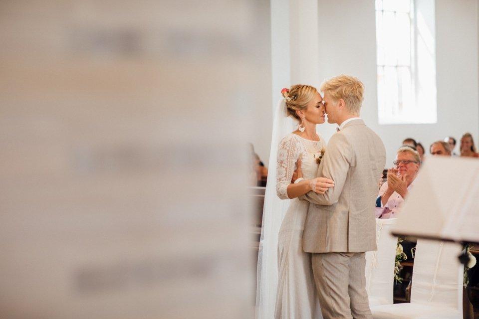 Hochzeitsfotos-im-Weingut-Hochzeitsreportage-Sommerhochzeit-046-erster-Kuss-in-Kirche