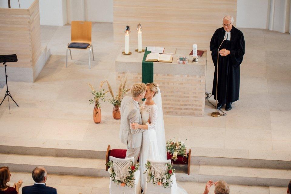 Hochzeitsfotos-im-Weingut-Hochzeitsreportage-Sommerhochzeit-047-evangelische-Trauung-Kuss