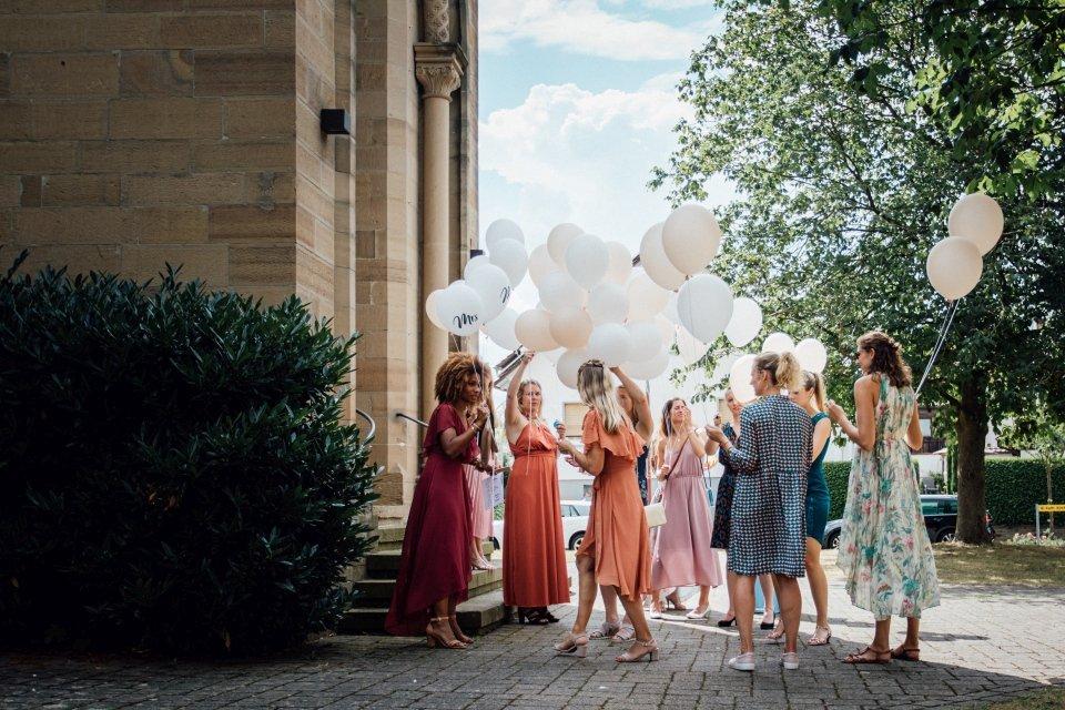 Hochzeitsfotos-im-Weingut-Hochzeitsreportage-Sommerhochzeit-051-Brautjungfern