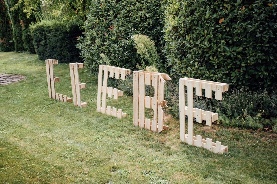 Hochzeitsfotos-im-Weingut-Hochzeitsreportage-Sommerhochzeit-057-Palettenbuchstaben