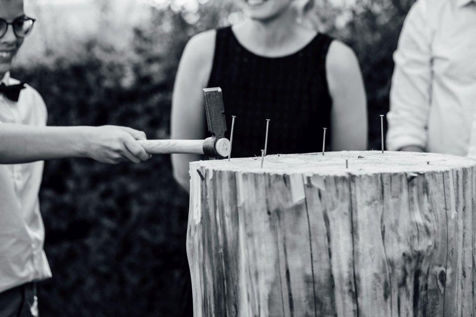 Hochzeitsfotos-im-Weingut-Hochzeitsreportage-Sommerhochzeit-059-Hochzeitsspiel
