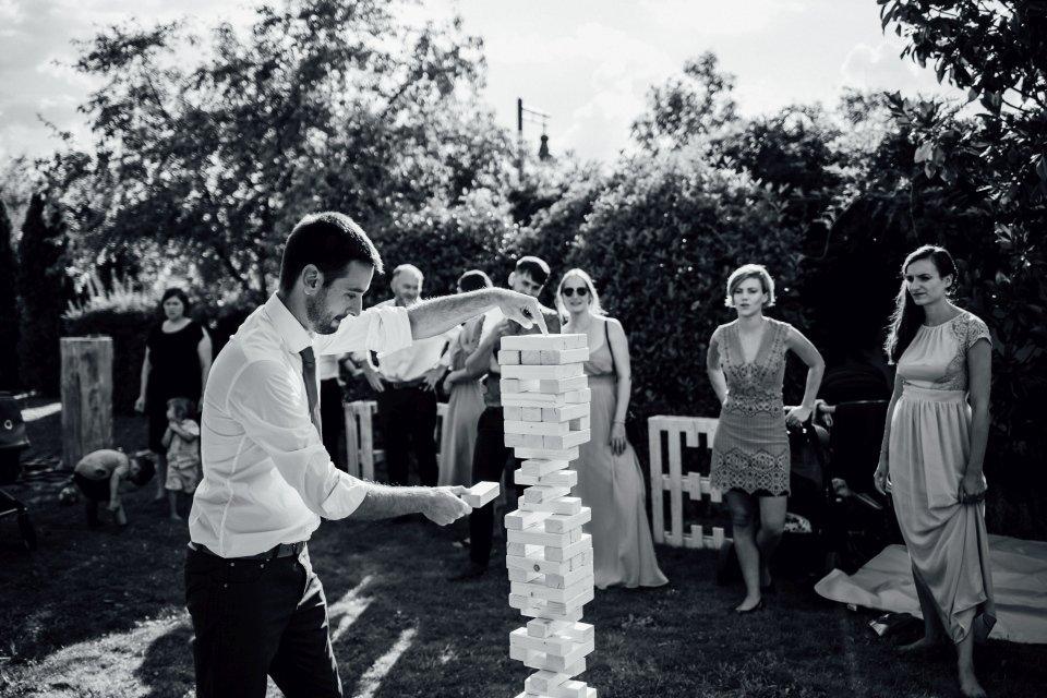 Hochzeitsfotos-im-Weingut-Hochzeitsreportage-Sommerhochzeit-060-Spiel-Riesenjenga