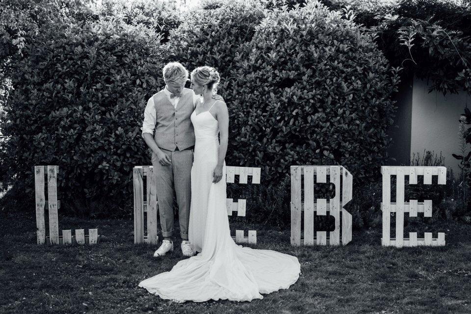 Hochzeitsfotos-im-Weingut-Hochzeitsreportage-Sommerhochzeit-061-Palettenbuchstaben-Liebe