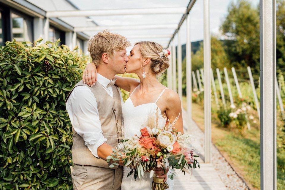 Hochzeitsfotos-im-Weingut-Hochzeitsreportage-Sommerhochzeit-063-Brautpaar-Paarfotos