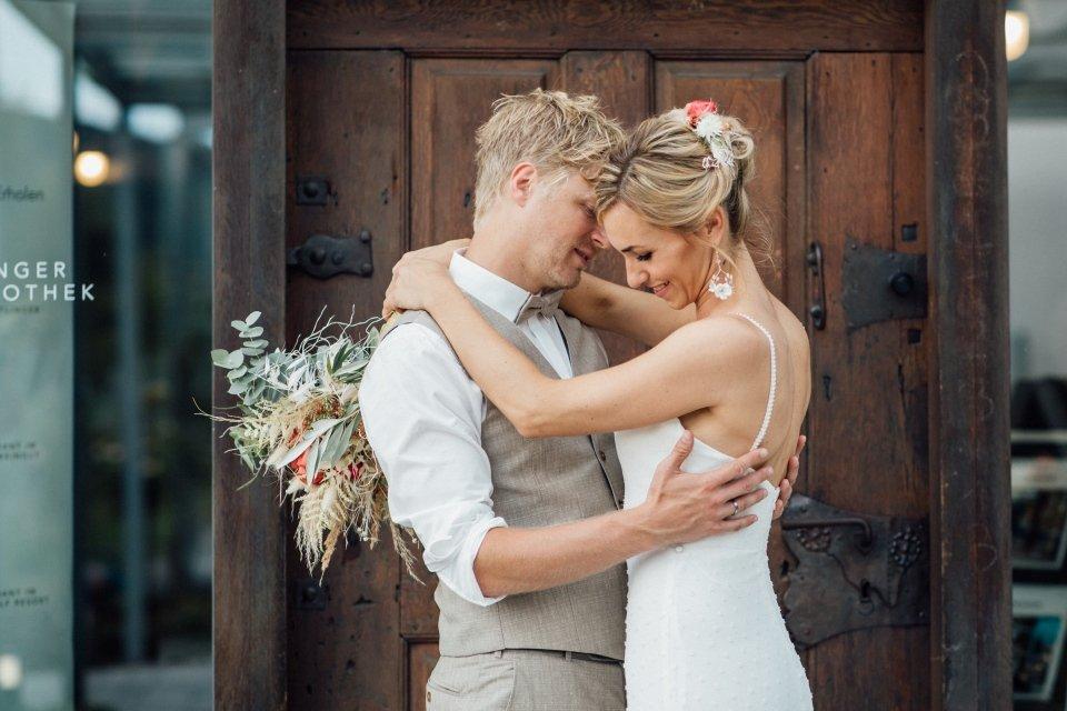 Hochzeitsfotos-im-Weingut-Hochzeitsreportage-Sommerhochzeit-065-Brautpaar-Paarfoto