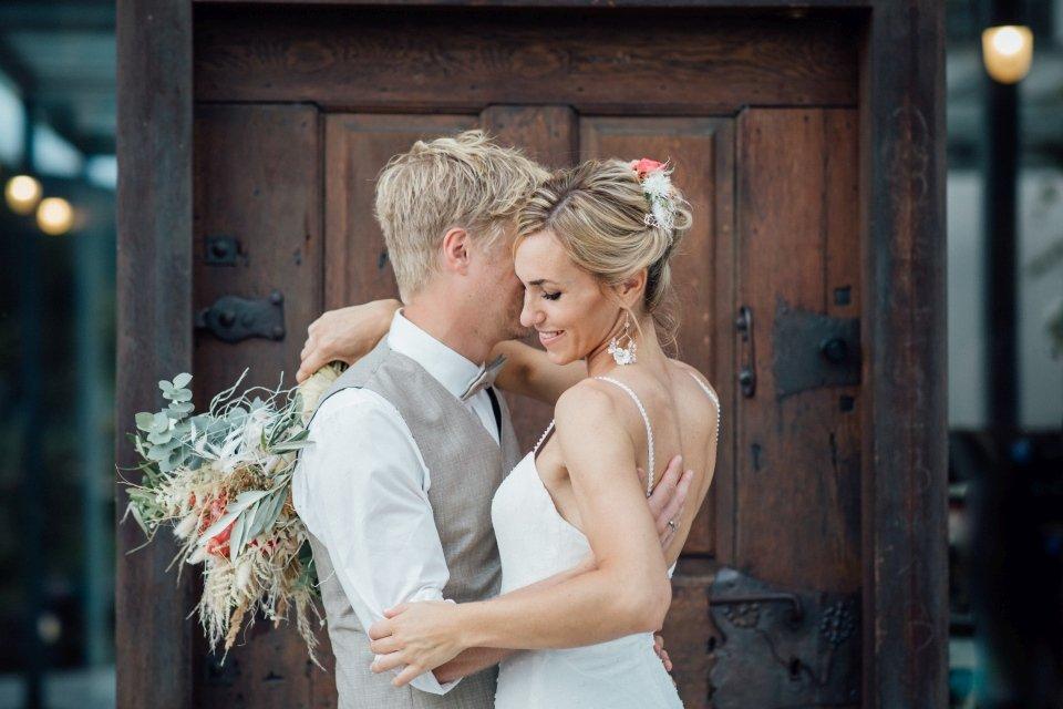Hochzeitsfotos-im-Weingut-Hochzeitsreportage-Sommerhochzeit-066-Brautpaar-verliebt-Paarfoto