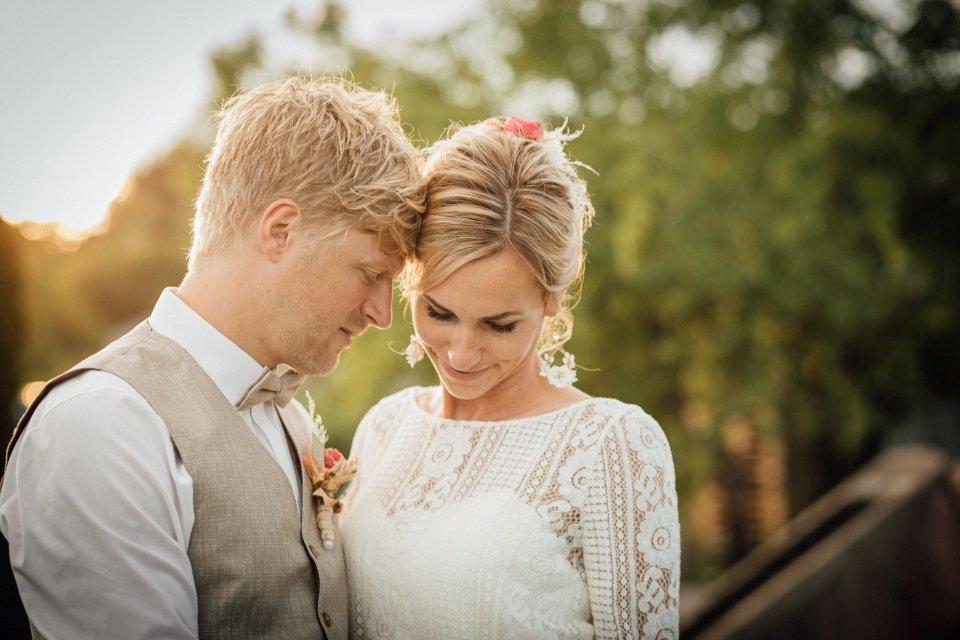 Hochzeitsfotos-im-Weingut-Hochzeitsreportage-Sommerhochzeit-068-Brautpaar-Paarfoto-Abendsonne