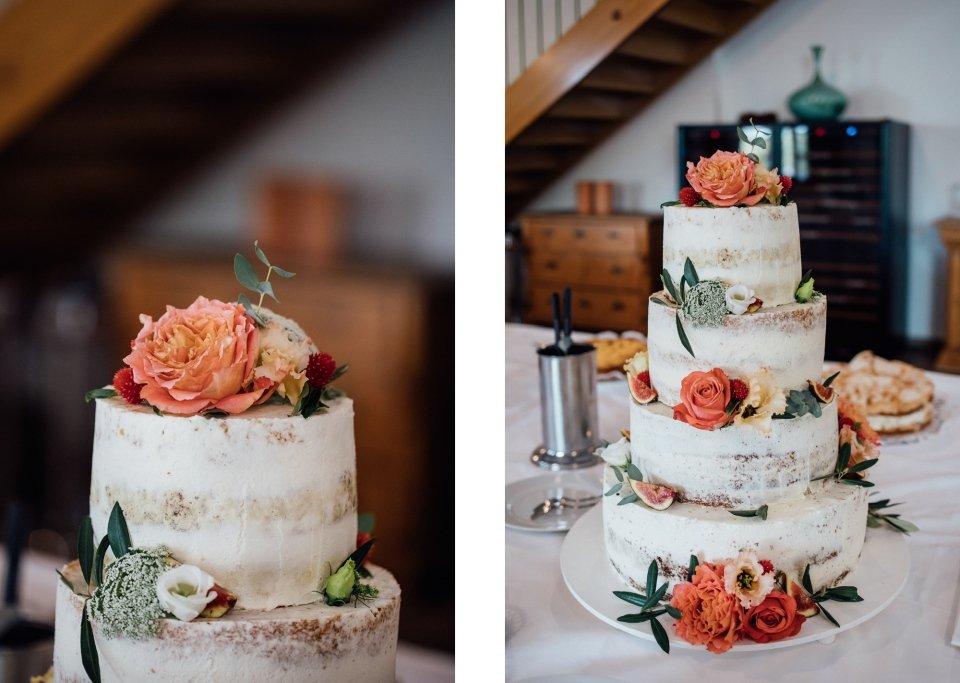Hochzeitsfotos-im-Weingut-Hochzeitsreportage-Sommerhochzeit-071-Hochzeitskorte-Naked-Cake