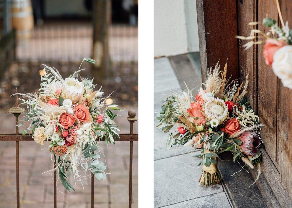 Hochzeitsfotos-im-Weingut-Hochzeitsreportage-Sommerhochzeit-075-Blumendeko