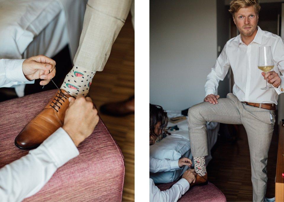 Hochzeitsfotos-im-Weingut-Hochzeitsreportage-Sommerhochzeit-081-getting-ready-braeutigam-groom-trauzeuge