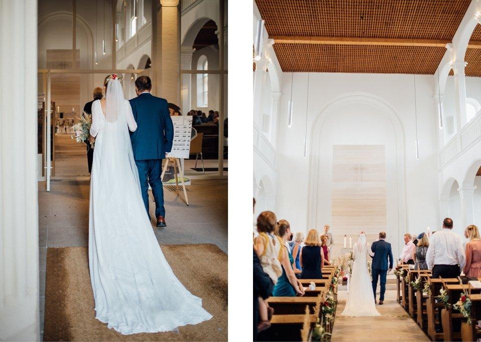 Hochzeitsfotos-im-Weingut-Hochzeitsreportage-Sommerhochzeit-084-trauung-einzug-der-Braut