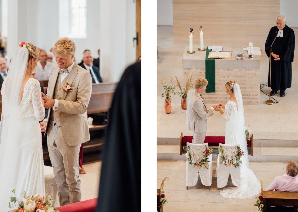 Hochzeitsfotos-im-Weingut-Hochzeitsreportage-Sommerhochzeit-085-Ringanstecken-Ringtausch