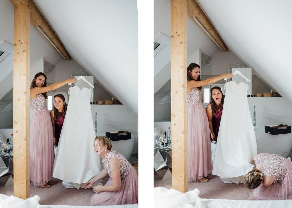Sommerhochzeit-Hochzeitsreportage-011-getting-ready-Brautjungfern-Brautkleid