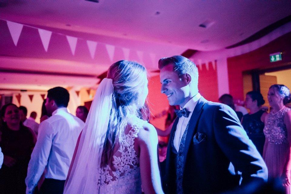 Sommerhochzeit-Hochzeitsreportage-033-Brautpaar-Tanzfläche