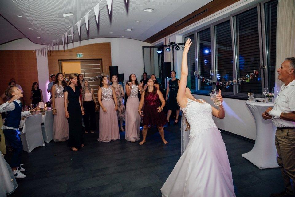 Sommerhochzeit-Hochzeitsreportage-034-Brautstraußwurf