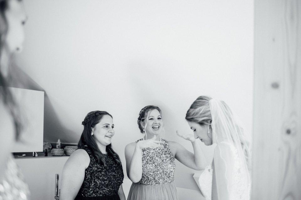 Sommerhochzeit-Hochzeitsreportage-040-getting-ready-braut