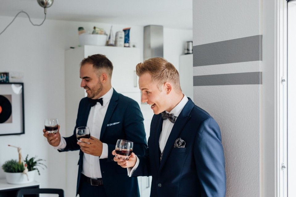 Sommerhochzeit-Hochzeitsreportage-041-getting-ready-bräutigam-whisky
