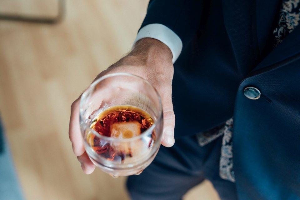 Sommerhochzeit-Hochzeitsreportage-042-getting-ready-bräutigam-whisky