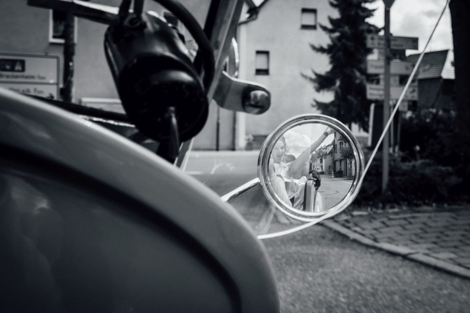 Sommerhochzeit-Hochzeitsreportage-044-braut-im-oldtimer