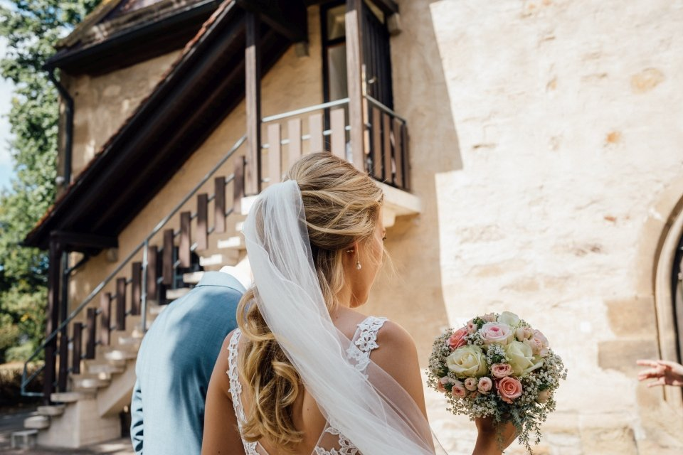 Sommerhochzeit-Hochzeitsreportage-045-braut-mit-schleier-einzug-Kirche