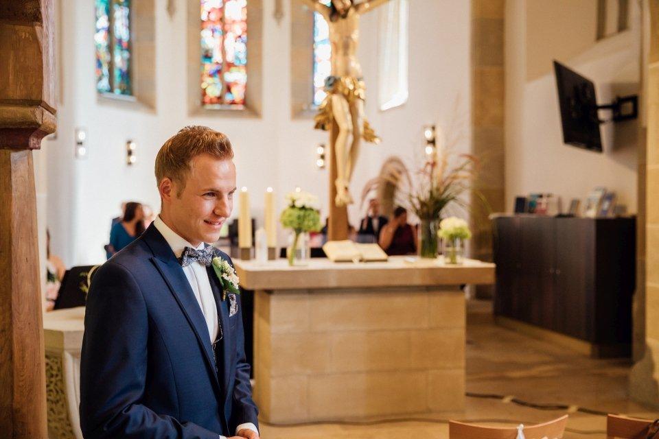 Sommerhochzeit-Hochzeitsreportage-046-first-look-bräutigam-in-Kirche