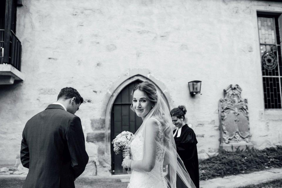 Sommerhochzeit-Hochzeitsreportage-047-Braut-vor-Einzug-Kirche