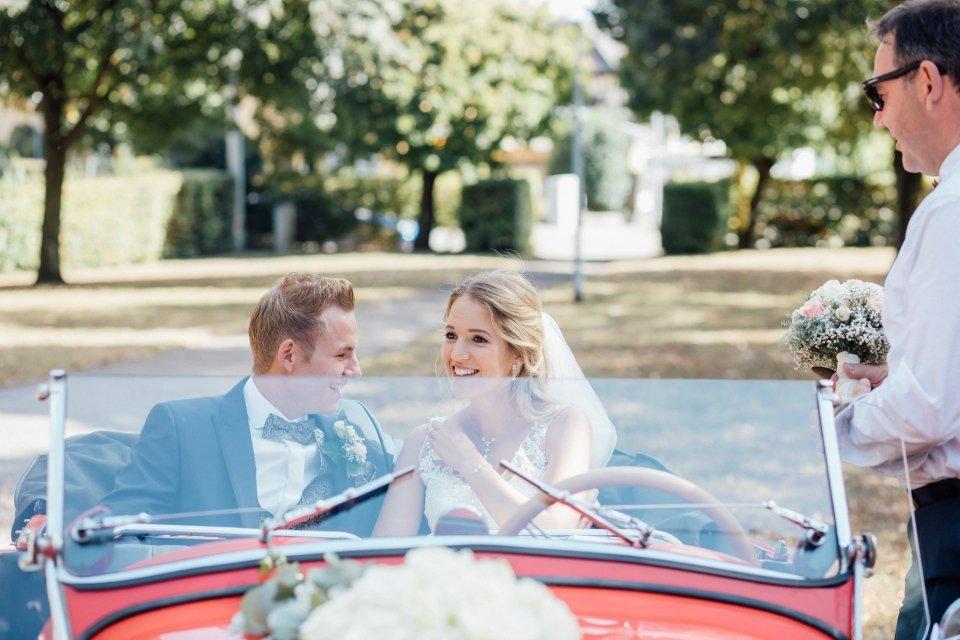 Sommerhochzeit-Hochzeitsreportage-051-brautpaar-in-rotem-Oldtimer-aero-30