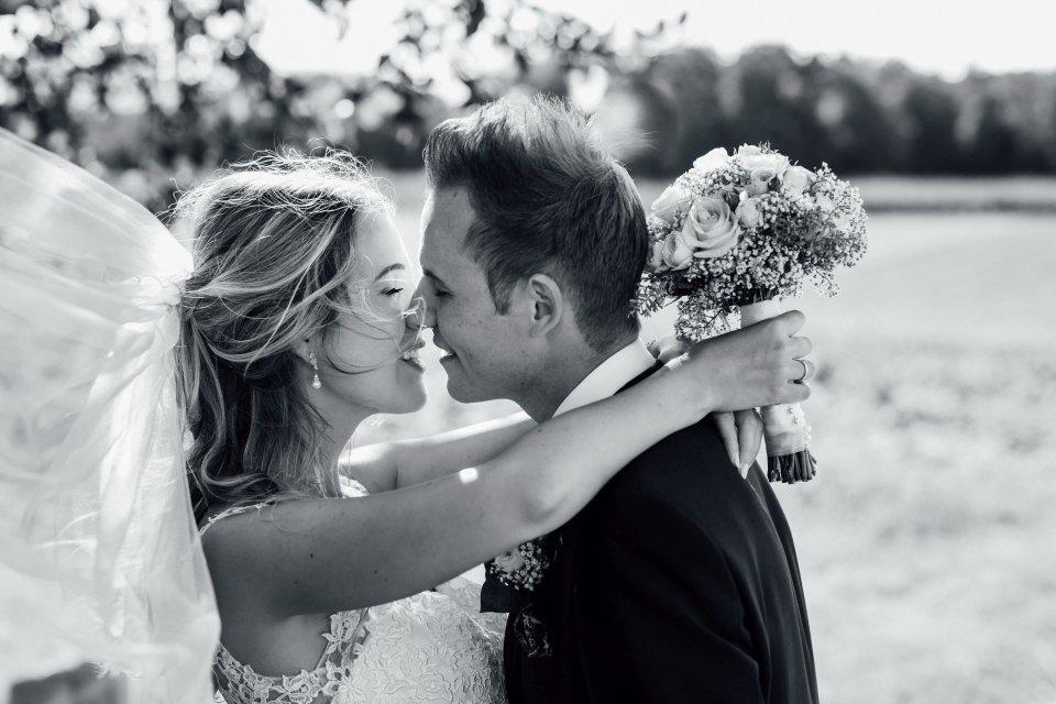 Sommerhochzeit-Hochzeitsreportage-052-paarfotos-Brautpaar