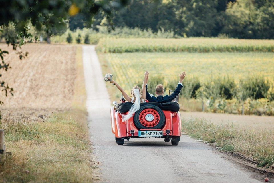 Sommerhochzeit-Hochzeitsreportage-055-Brautpaar-Oldtimer-Aero-30-cz