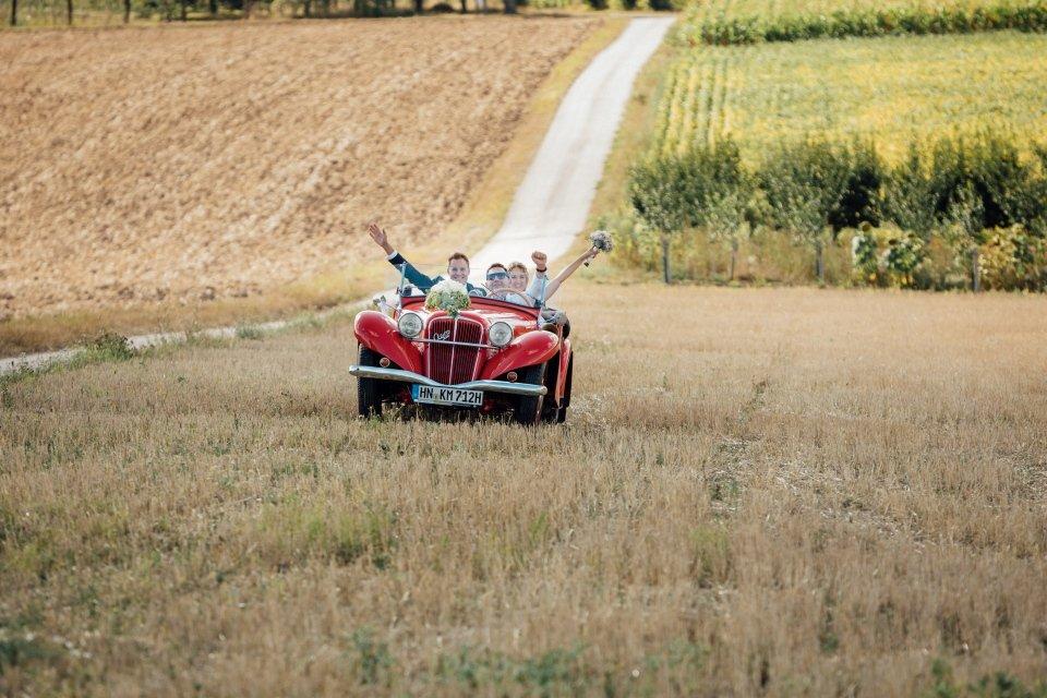 Sommerhochzeit-Hochzeitsreportage-056-Brautpaar-Oldtimer-Aero-30-CZ