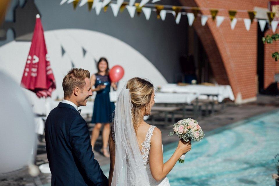 Sommerhochzeit-Hochzeitsreportage-057-Brautpaar-Hochzeit-mit-Pool