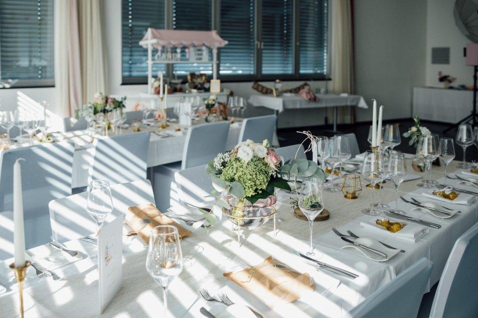 Sommerhochzeit-Hochzeitsreportage-058-Tischdeko-Hochzeit-WG-Stromberg-Zabergaeu