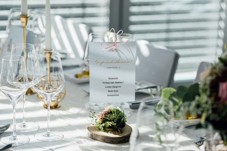 Sommerhochzeit-Hochzeitsreportage-059-Tischdeko-Idee-Gesprächsthemen