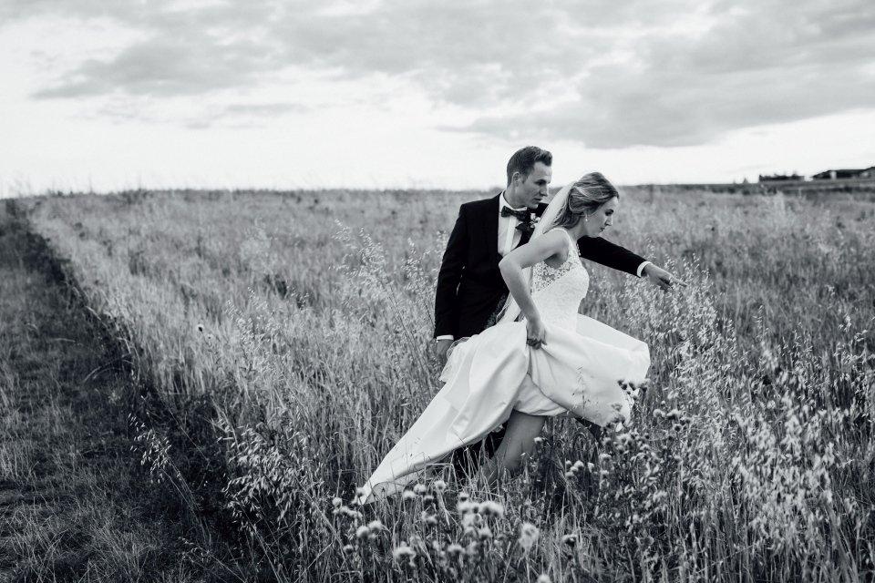 Sommerhochzeit-Hochzeitsreportage-062-Brautpaar-Paarfotos-Hochzeit-Abendlicht-auf-Feld