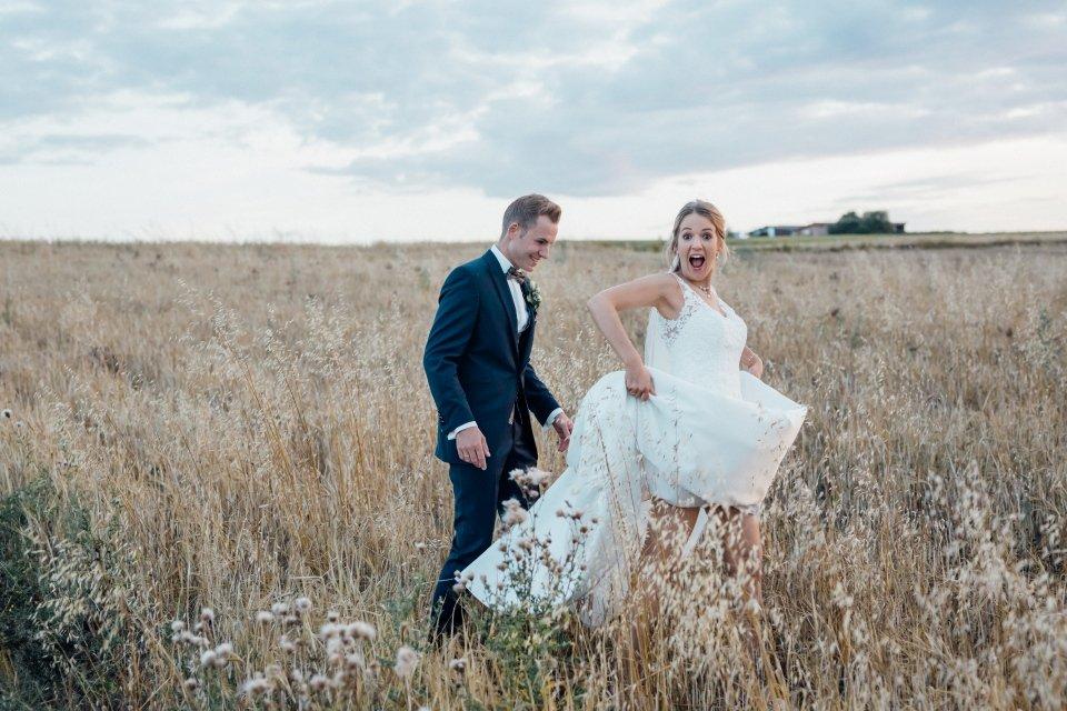 Sommerhochzeit-Hochzeitsreportage-063-Brautpaar-Paarfotos-Hochzeit-Abendlicht-auf-Feld