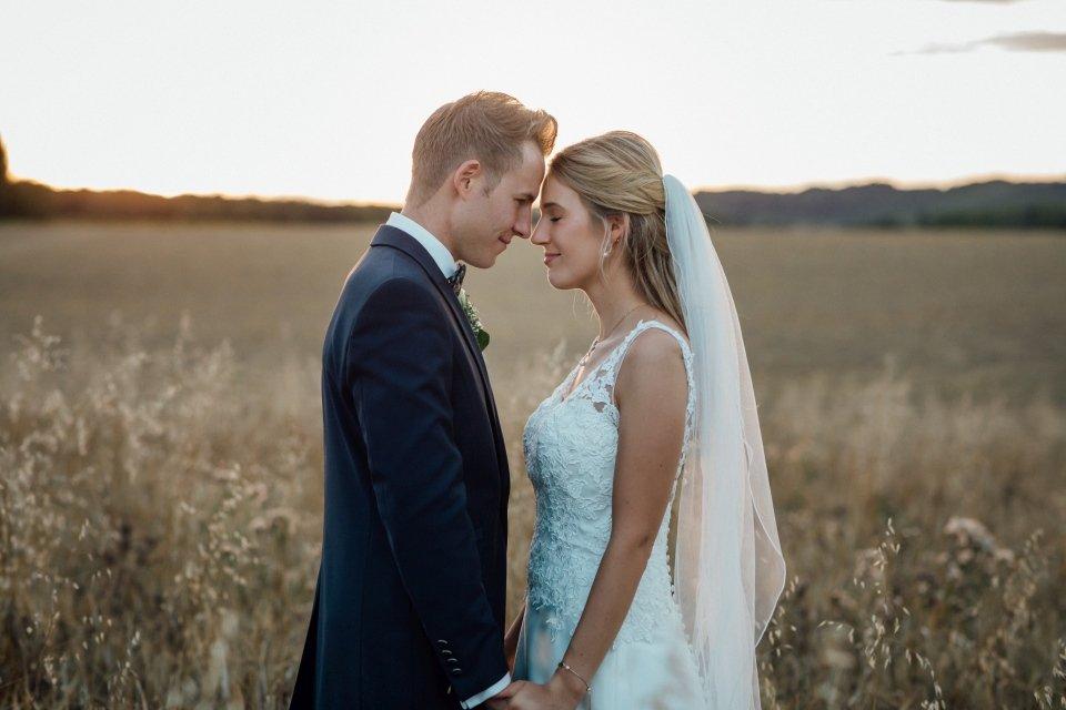 Sommerhochzeit-Hochzeitsreportage-064-Brautpaar-Paarfotos-Hochzeit-Abendlicht-auf-Feld