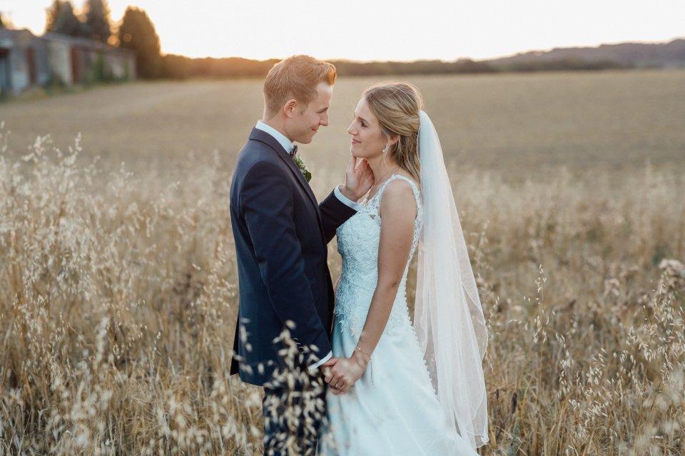 Sommerhochzeit-Hochzeitsreportage-065-Brautpaar-Paarfotos-Hochzeit-Abendlicht-auf-Feld
