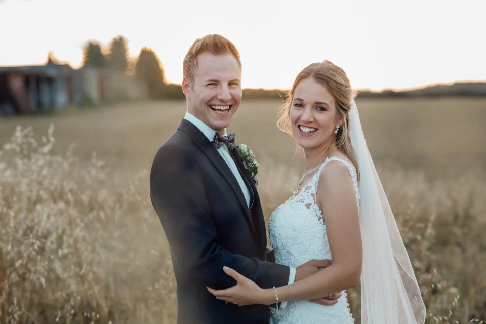 Sommerhochzeit-Hochzeitsreportage-066-Brautpaar-Paarfotos-Hochzeit-Abendlicht-auf-Feld